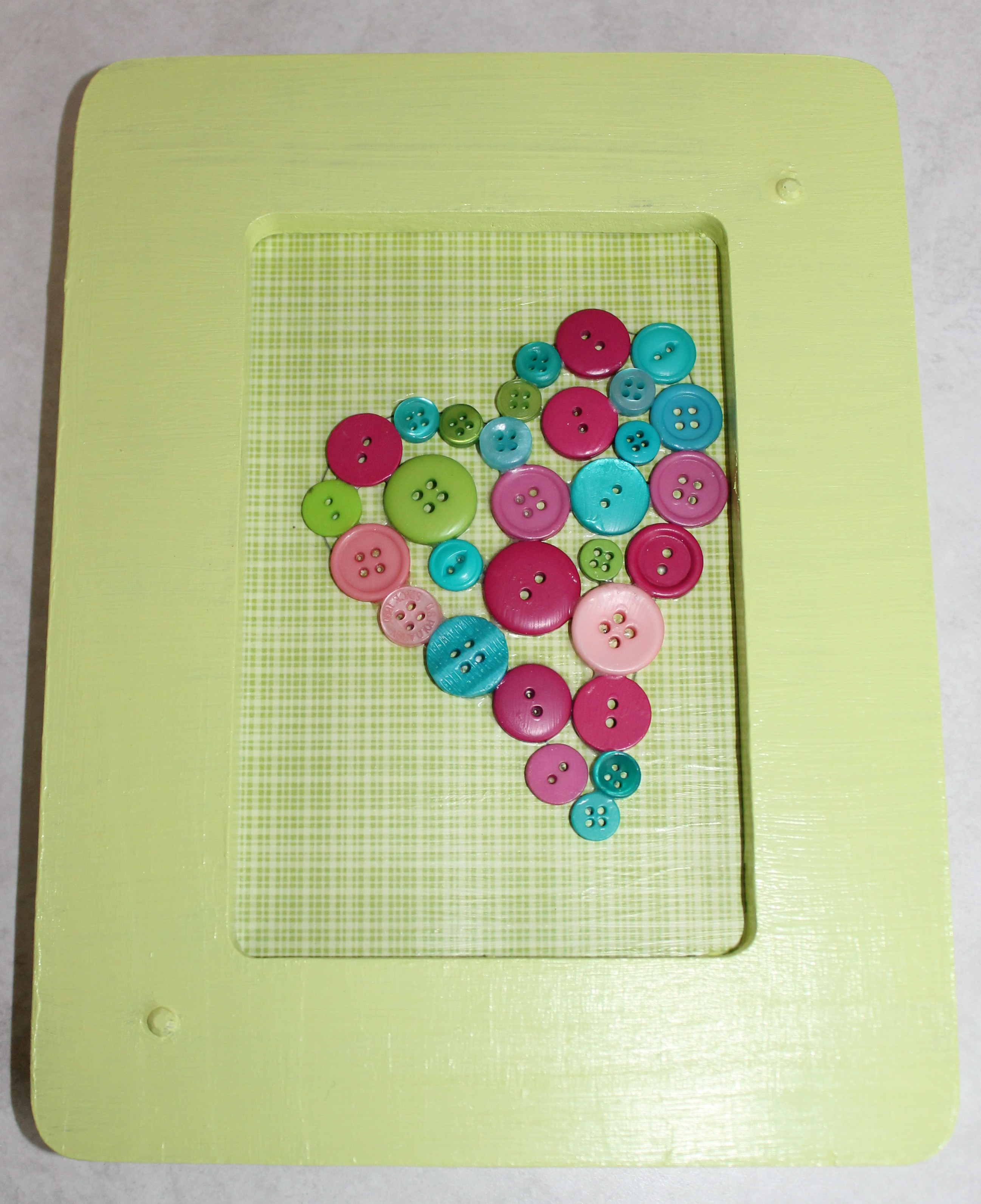 Valentine\'s Day Preschool Crafts: Button Heart - RainbowTreeKids.com
